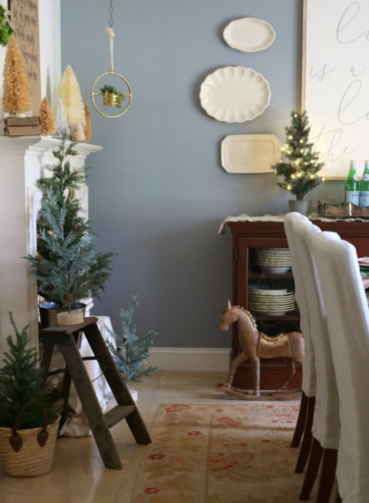 create a festive dining table for holiday entertaining